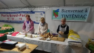 Freiwilliger Helfer belegen rund um die Uhr Baguette im Akkord